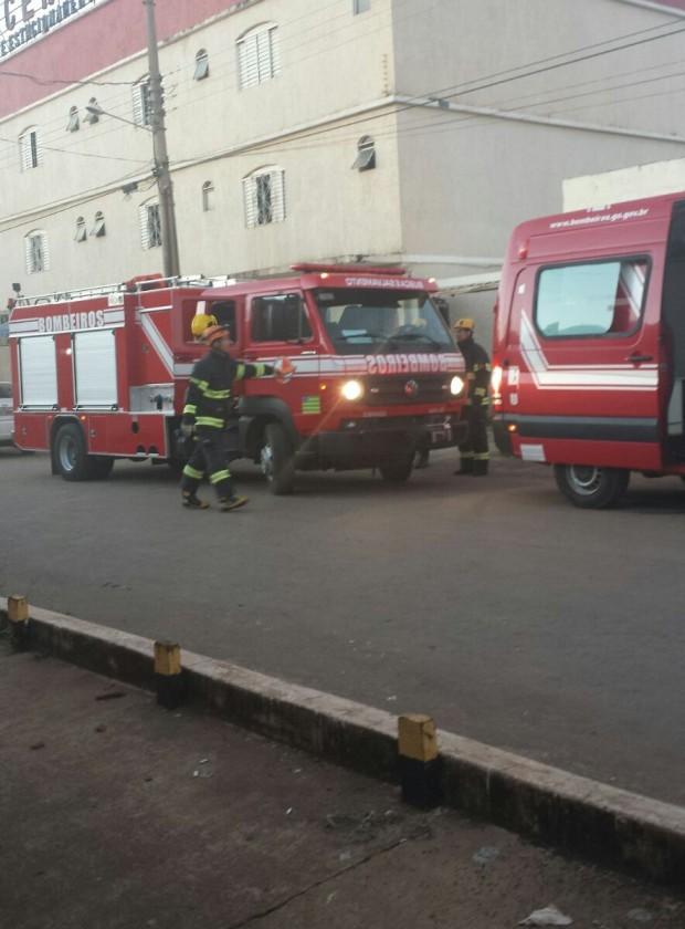 BOMBEIROS MILITARES DE LUZIÂNIA COMBATEM INCÊNDIO EM HOTEL