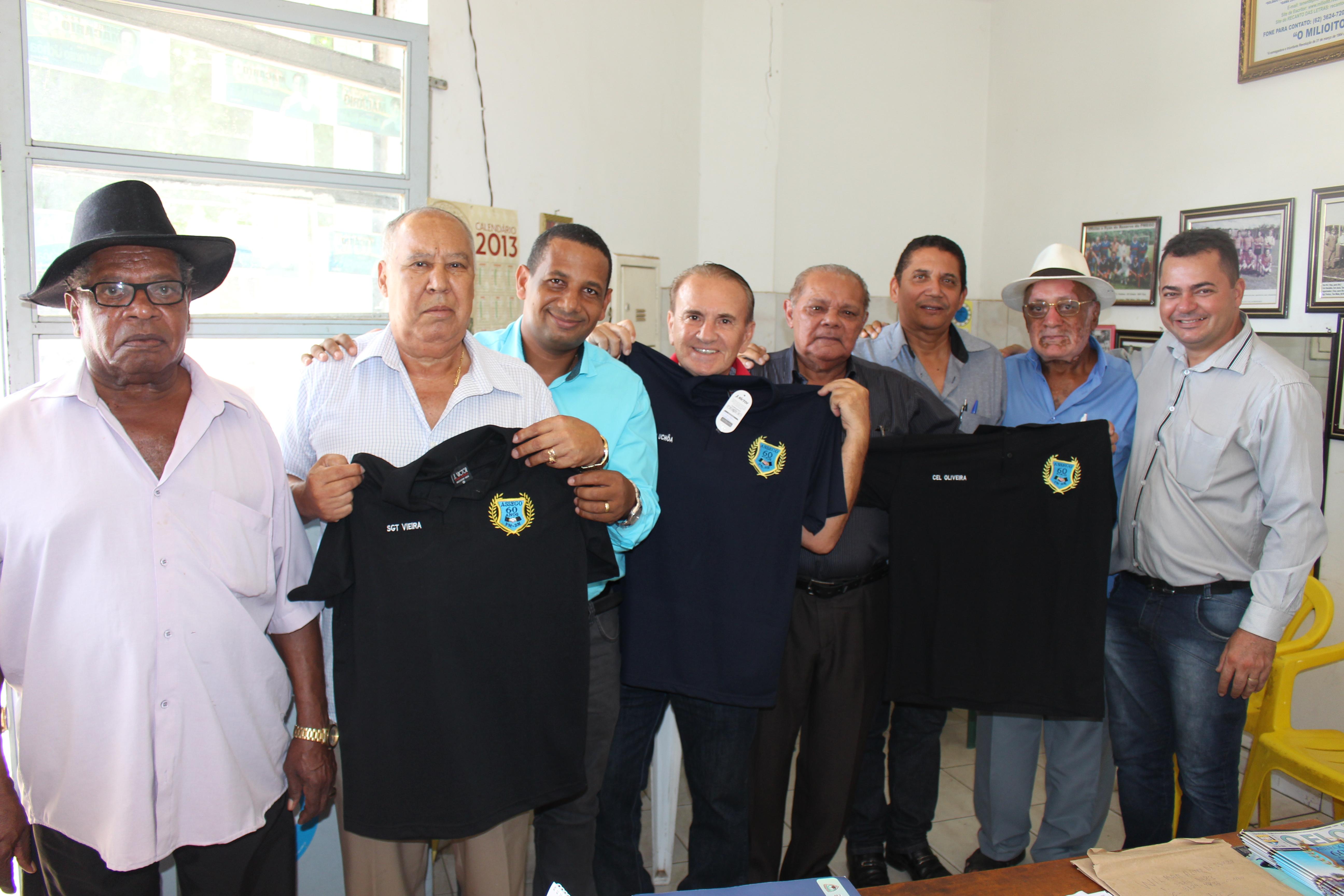 Presidente e diretores homenageiam associado e faz entrega de camisetas do Jubileu de 60 anos da ASSEGO às demais autoridades