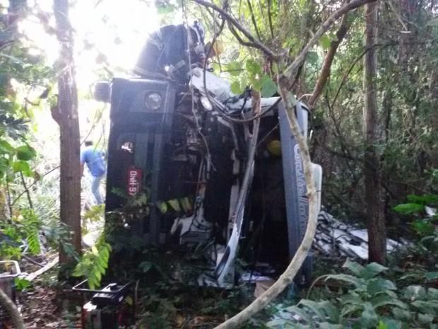 BOMBEIROS MILITARES DE JARAGUÁ RESGATAM VÍTIMA DE ACIDENTE COM CAMINHÃO PRESA ÀS FERRAGENS